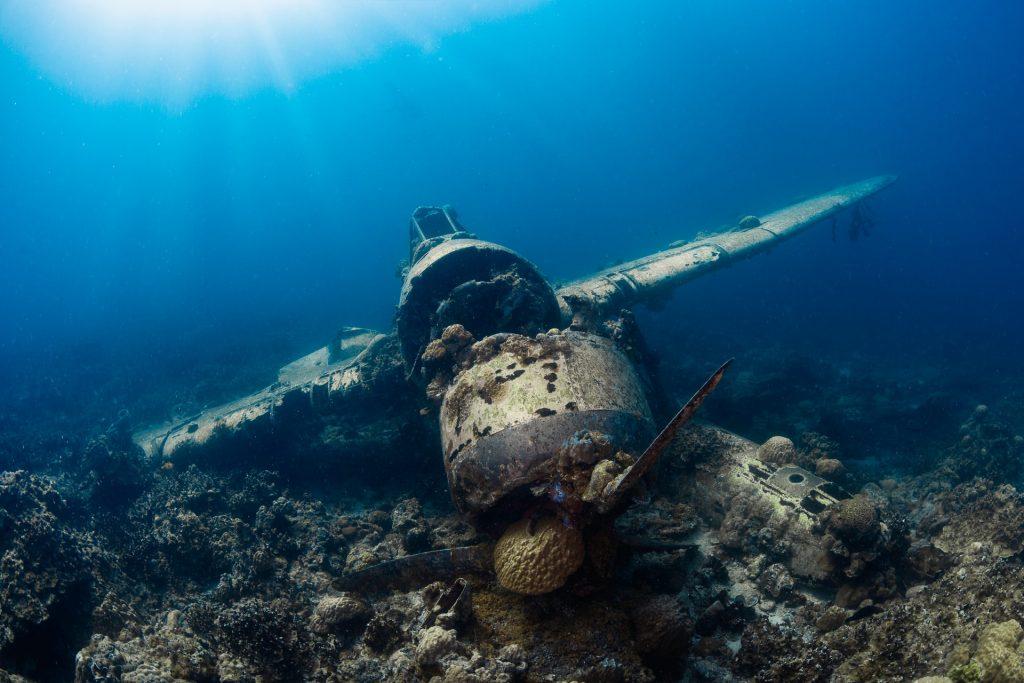plane-underwater